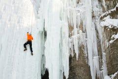 Fryst vattenfall för man klättring Arkivbilder
