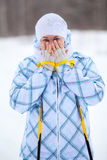 Fryst värme för kvinna räcker med skidar poler i vinter Fotografering för Bildbyråer