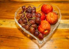 Fryste Apple frukt och druvor royaltyfri bild