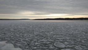 Fryste cirklar för vinter sjö royaltyfria foton