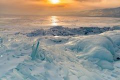 Fryste vattensjön med solnedgånghimmelbakgrund, Baikal Ryssland vintersäsong Arkivbild