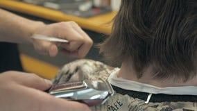Fryzjer ciie długie włosy na plecy głowa i szyi klient w salonie Mężczyzna obsiadanie w fryzjera karle zdjęcie wideo