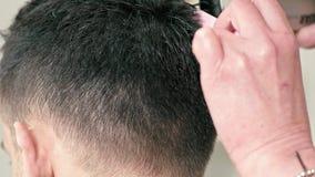 Fryzjer Ciie włosy cążki na plecy głowa Brązowowłosy mężczyzna w salonie zdjęcie wideo