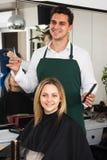 Fryzjer ciie włosy blondynki dziewczyna przy salonem Obraz Royalty Free