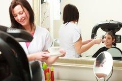 Fryzjer daje kawowemu herbacianemu kobieta klienta fryzjerstwa piękna salonowi Obraz Royalty Free