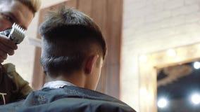 Fryzjer dla mężczyzna barbershop Włosiany rozcięcie na stronie młoda faceta ` s głowa z włosianym cążki zbiory