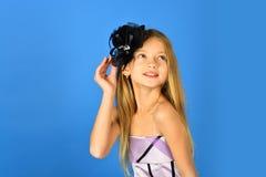 Fryzjer i zakład fryzjerski fryzjer, długie włosy mała dziewczynka obraz stock