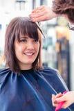 Fryzjer kobiety tnący włosy w sklepie fotografia royalty free