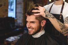 Fryzjer męski bawić się z włosy klient Obraz Stock