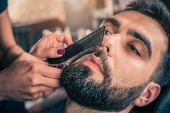 Fryzjer męski broda ciie klienta brodę z cążkami Zdjęcie Stock