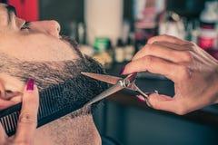 Fryzjer męski broda ciie klienta brodę z cążkami Fotografia Stock