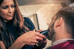 Fryzjer męski broda ciie klienta brodę z drobiażdżarką Fotografia Royalty Free