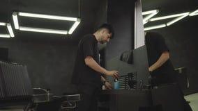Fryzjer męski dezynfekuje elektryczną żyletkę z kiścią i czyści z muśnięciem w zakładzie fryzjerskim Handheld strza? 4K zdjęcie wideo