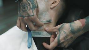Fryzjer męski goli brodę klient zdjęcie wideo