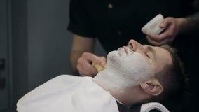 Fryzjer męski goli brodę klient w zakładzie fryzjerskim zdjęcie wideo