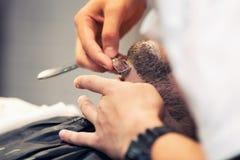 Fryzjer męski goli brodę mężczyzna Zdjęcia Royalty Free