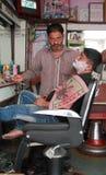 Fryzjer męski goli mężczyzna używa otwartego żyletki ostrze Zdjęcia Royalty Free