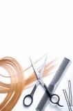 Fryzjer męski grępla z kędziorkiem odizolowywającym blondynka włosy i nożyce Fotografia Stock