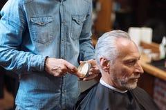 Fryzjer męski iść projektować włosy klient z gel Obraz Stock