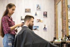 Fryzjer męski kobiety porci klient w zakładzie fryzjerskim Obrazy Stock