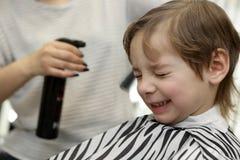 Fryzjer męski kropi wodę na dziecko włosy Obraz Royalty Free