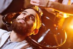 Fryzjer męski lub fryzjer myjemy głowę klient fotografia royalty free