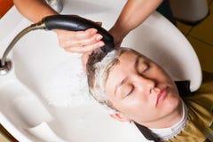 Fryzjer męski myje jego głowę Zdjęcia Royalty Free