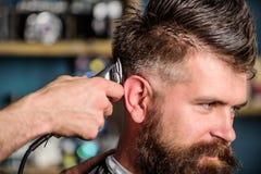 Fryzjer męski pracy z włosianym cążki Zakładu fryzjerskiego pojęcie Ręki fryzjer męski z włosianym cążki, zamykają up Modnisia br Fotografia Royalty Free
