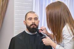 Fryzjer męski przygotowywa brodę Zdjęcie Stock