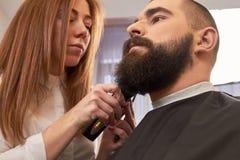 Fryzjer męski przygotowywa brodę Obraz Royalty Free