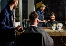 Fryzjer męski przygotowywa włosianego cążki dla brodatego mężczyzna, zakładu fryzjerskiego tło Modnisia stylu życia pojęcie Modni Zdjęcia Royalty Free