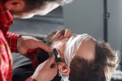 Fryzjer męski robi brody ostrzyżeniu używać wiórkarkę Obrazy Royalty Free