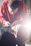 Fryzjer męski robi brody ostrzyżeniu używać wiórkarkę Zdjęcia Royalty Free
