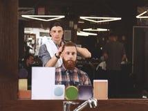 Fryzjer męski robi nowożytnej fryzurze Zdjęcia Royalty Free