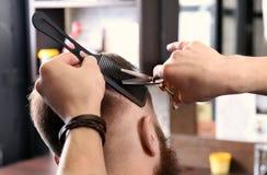 Fryzjer męski robi nowożytnej fryzurze Obraz Stock