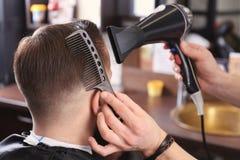 Fryzjer męski robi nowożytnej fryzurze Zdjęcie Stock