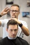 Fryzjer męski robi ostrzyżeniu Zdjęcie Royalty Free