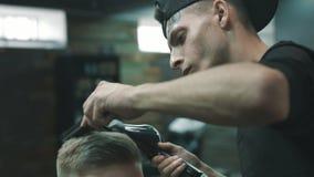 Fryzjer męski robi suchemu zbiory wideo