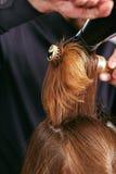 Fryzjer męski suszy włosy z włosianą suszarką potomstwa, piękna dziewczyna w piękno salonie Zdjęcie Royalty Free