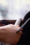 Fryzjer męski używa włosianego żelazo Obraz Stock