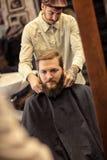 Fryzjer męski wiąże fartucha wokoło klienta Obraz Royalty Free