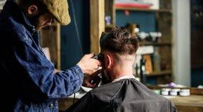 Fryzjer męski z cążki arymażu włosy klient, tylni widok Pracujący proces pojęcie Fryzjer męski z włosianego cążki pracami na skró Zdjęcia Royalty Free