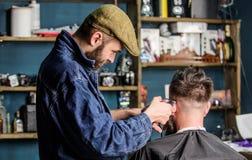 Fryzjer męski z cążki arymażu włosy klient, tylni widok Fryzjer męski z włosianym cążki pracuje na krótkim ostrzyżeniu na nape Zdjęcia Stock