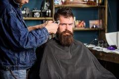 Fryzjer męski z cążki arymażu włosy na świątyni klient Modnisia stylu życia pojęcie Fryzjer męski z włosianego cążki pracami dale Obrazy Stock