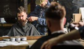 Fryzjer męski z cążki arymażu włosy na nape klient Modniś fryzury pojęcie Modnisia klient dostaje ostrzyżenie Fotografia Royalty Free