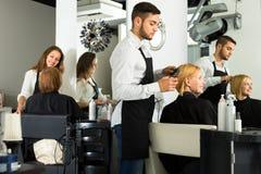 Fryzjer męski z nożycami robi ostrzyżeniu Zdjęcia Stock