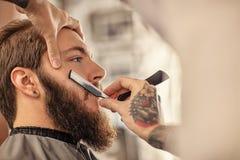 Fryzjer męski z staromodną czarną żyletką Fotografia Stock