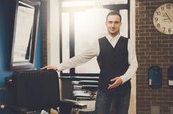 Fryzjer męski zaprasza mieć siedzenia na krześle przy zakładem fryzjerskim Obraz Royalty Free