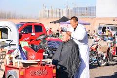 Fryzjer męski na rynku Fotografia Royalty Free