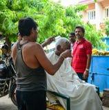 Fryzjer męski pracuje na ulicie w Agra, India Fotografia Stock